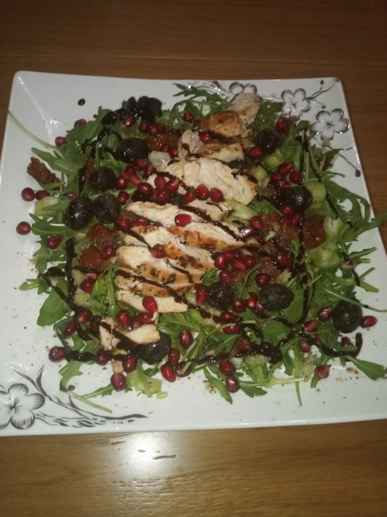 Owocowo-warzywna sałatka z kurczakiem
